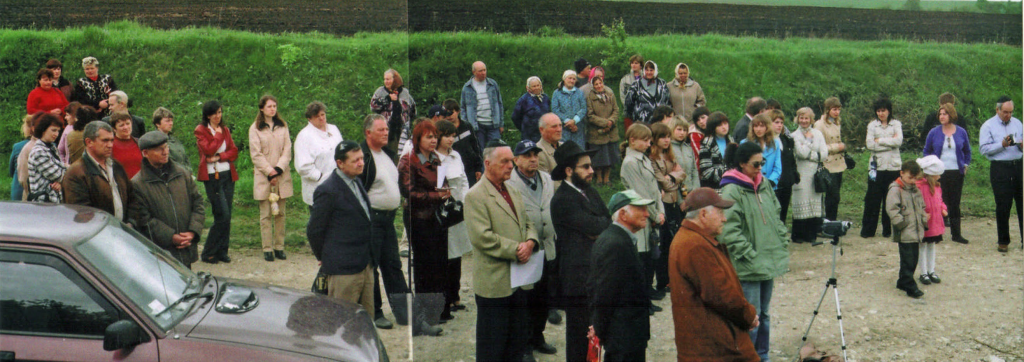 Composite photograph of the local people who turned out for the Felshtin memorial dedication ceremony. Sid Shaievitz's daughter, Sondra, is to the left of the Camcorder on the tripod.