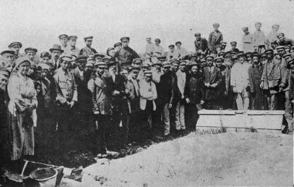 A group around the mass grave in Proskurov.